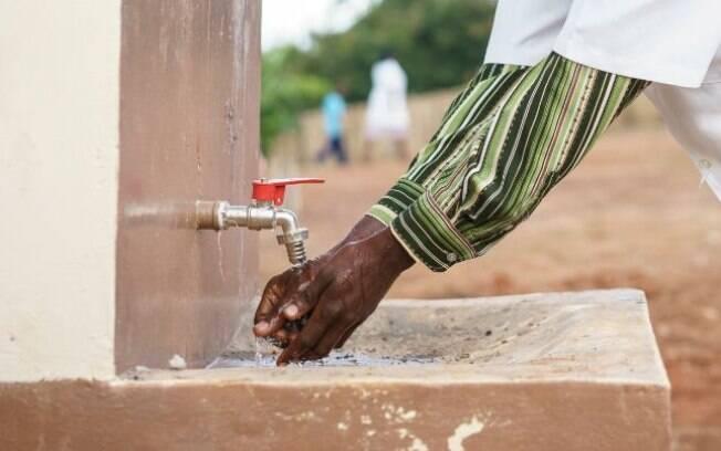 Profissional de saúde higieniza as mãos em Moçambique