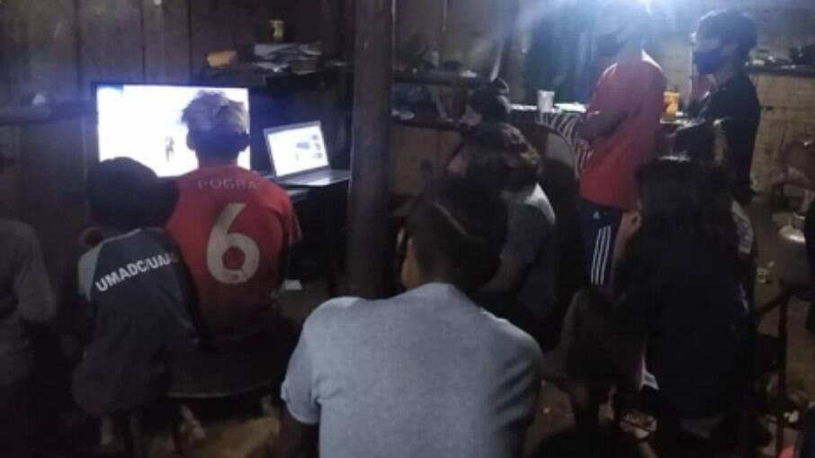 Comunidade assistindo a transmissão de Free Fire na primeira edição da Copa das Aldeias na Aldeia Bracui, no Rio de Janeiro