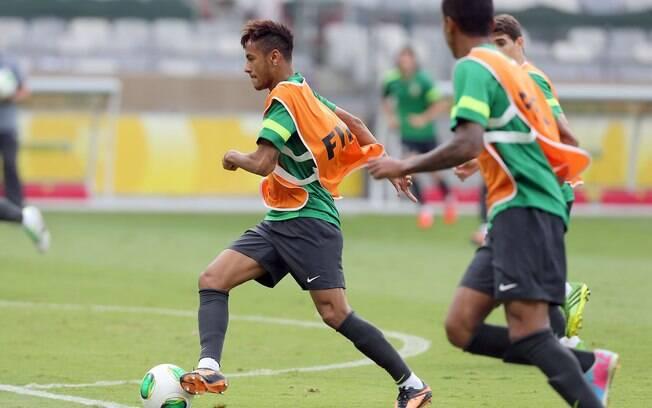 Neymar arranca com a bola em treino da  seleção, nesta terça-feira (25/06), no Mineirão
