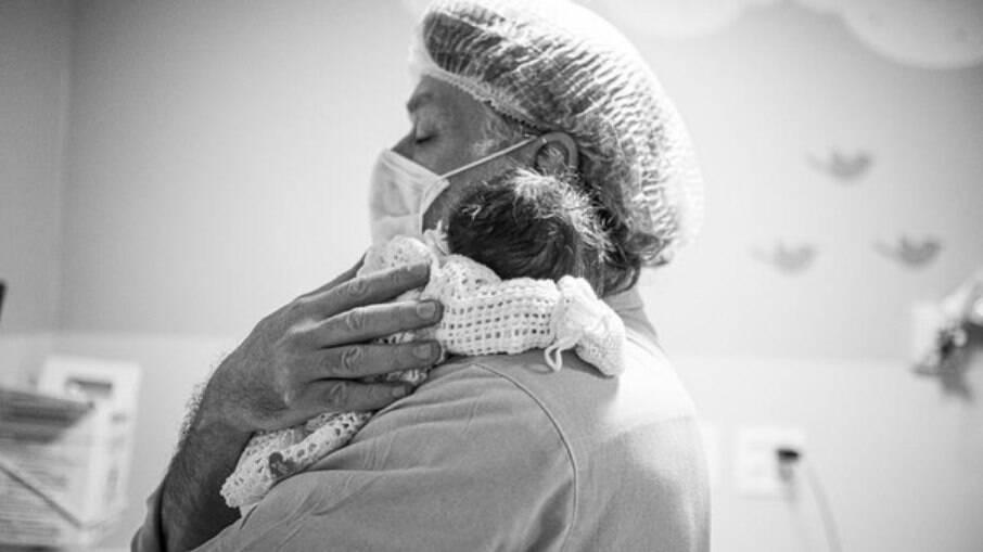 Fábio Assunção e a filha recém-nascida