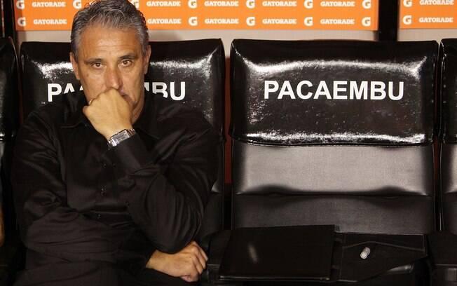 Tite apreensivo antes do jogo contra o Cruz  Azul, no Pacaembu. O Corinthians venceu por 1 a 0