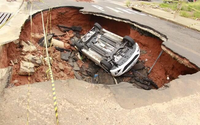 Buraco tem cinco metros de profundidade (18-02-2015)