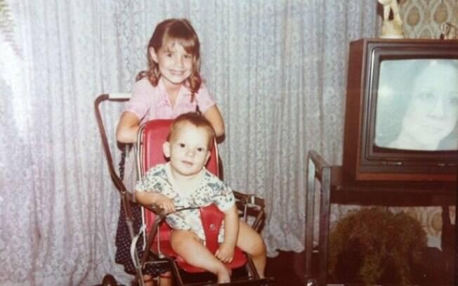 Luana Piovanni ao lado do irmão, Thiago, em 1983. Na TV, Fernanda Montenegro em cena de um capítulo de