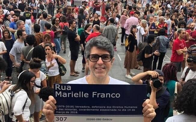 Cantor Leoni marca presença em ato à favor da vereadora assassinada Marielle Franco
