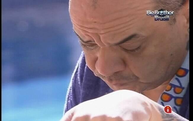 João Carvalho conta a Laisa que não está bem após a discussão com integrantes do Selva