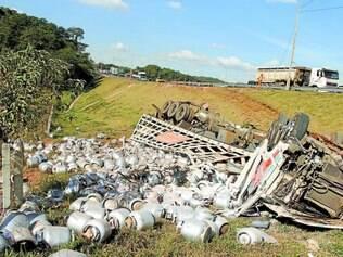 Milagre.  Apesar de o caminhão ter sido destruído com o acidente, motorista não teve ferimentos