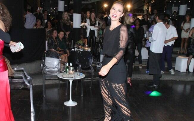 Paolla Oliveira se diverte na pista de dança da festa de 'Geração Brasil'