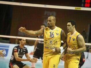 Dupla brasileira, Júnior e Theo, comemora um ponto do UPCN durante o confronto