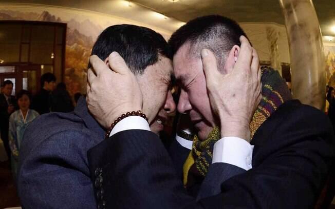 O sul-coreano Park Yang-gon, à esquerda, e seu irmão da Coreia do Norte, Park Yang Soo, se emocionam em encontro de parentes separados pelos conflitos entre os países realizado no lado norte da Coreia (02/2014)
