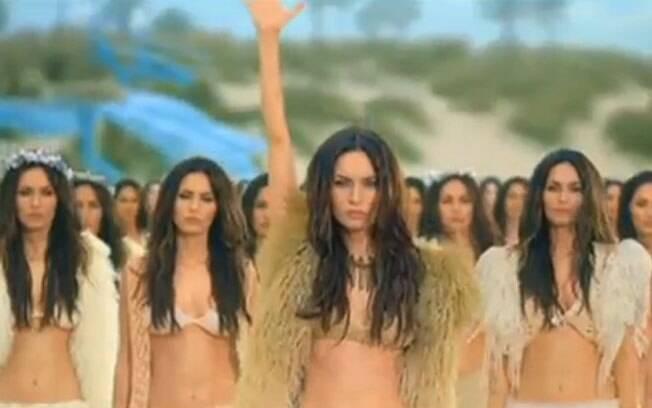 No comercial, dois jovens caem em uma ilha habitada por vários clones da atriz Megan Fox