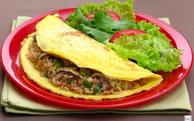 Omelete com arroz diferente para aproveitar as sobras