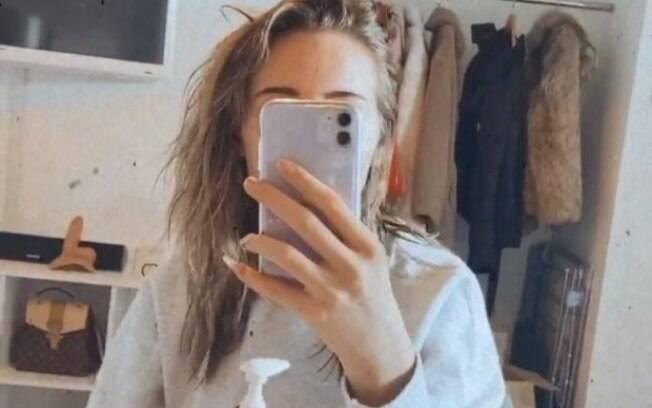 Na lateral esquerda da imagem é possível observar o dildo que apareceu no vídeo da blogueira
