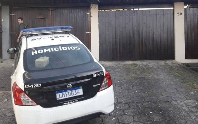 Polícia faz buscas na casa da deputada federal Flordelis (PSD-RJ), onde o seu marido, o pastor Anderson do Carmo, foi assassinado
