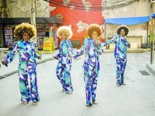 No Cordovil. Maria Bia, Lilian Valeska, Karin Hills e Corina Sabbas na cidade cenográfica em que é gravada a série