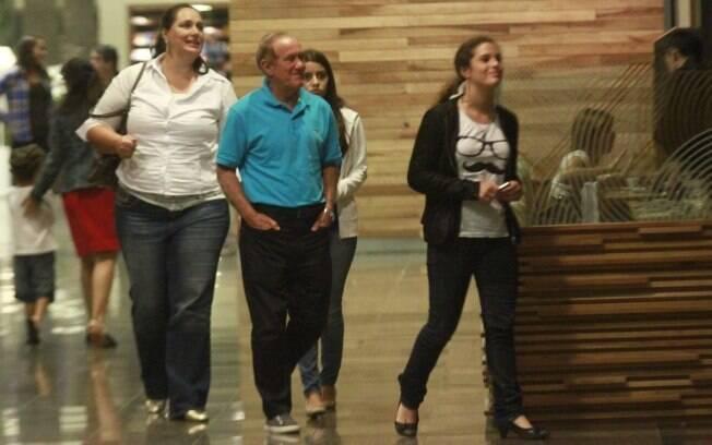 Renato Aragão entre a mulher e a filha durante passeio no shopping
