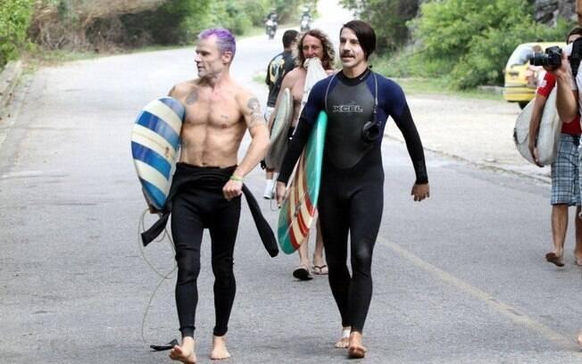 Anthony Kiedis e Flea surfaram nesta sexta-feira (23), no Recreio dos Bandeirantes, no Rio
