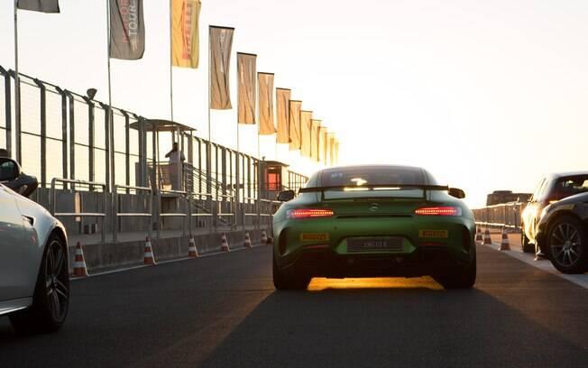Lanternas de LED e aerofólio traseiro que ajuda a criar pressão aerodinâmica na traseira estão entre os destaques