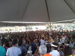 Cerca de duas mil pessoas estão reunidas na tarde desta quarta-feira (14) na praça da Estação