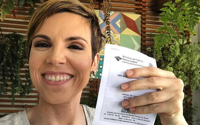 Gloria Vanique consegue documento de seu filho e responde brincadeira de Rodrigo Bocardi