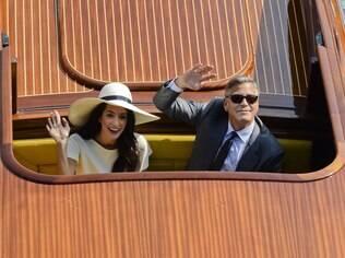 George Clooney e Amal Alamuddin acenam para fotógrafos e curiosos