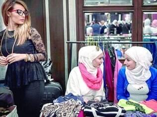 Em Damasco, mulheres sírias vendem produtos em iniciativa para ajudar refugiados