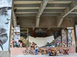 MAGAZINE. BELO HORIZONTE , MG Erro99 Festival de Fotografia que prega a democratizacao da fotografia faz instalacao embaixo do viaduto de Santa Tereza com o resultado do workshop do projeto Giganto da gaucha Raquel Brust  Foto: MARIELA GUIMARAES / O TEMPO  21.11.2014