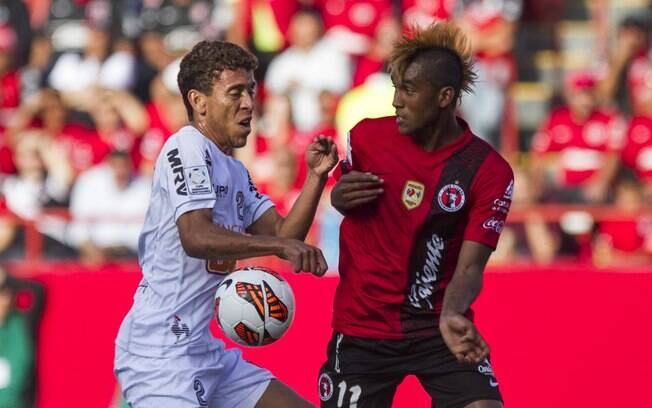 Marcos Rocha disputa a bola com Martínez