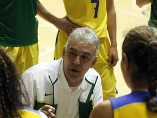 Técnico brasileiro resolveu reduzir o grupo de jogadoras e realizou três cortes