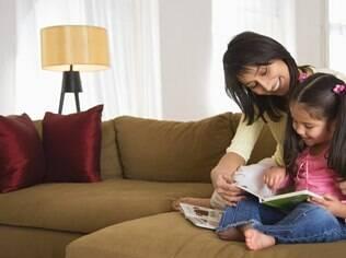 Especialista recomenda que os adultos dediquem ao menos dez minutos do dia para contar ou mediar a leitura de histórias com os filhos
