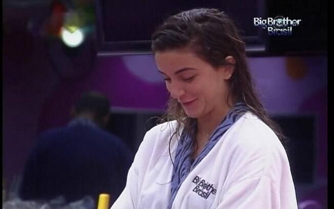 Laisa conversa com Kelly e João Carvalho na cozinha
