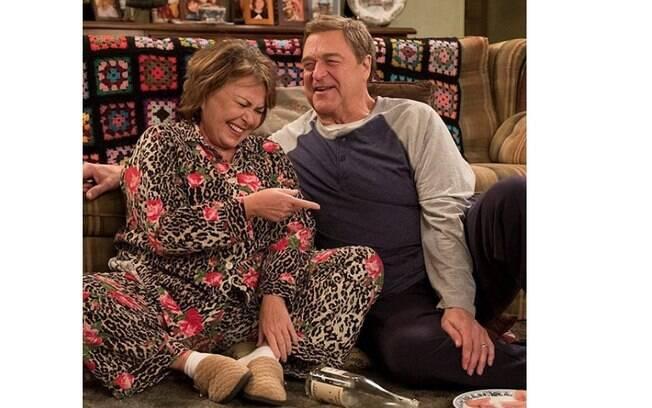Roseanne Barr e Jonh Goodman atuando na série Roseanne