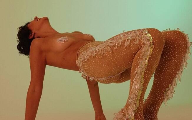 Fernanda Paes Leme apareceu com adesivos nos seios em ensaio de carnaval