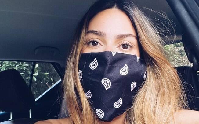 Famosos, como Thaila Ayala, compartilharam imagens nas redes sociais usando máscaras caseiras feitas de lenços e bandanas