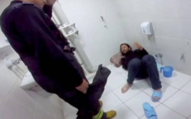O homem tentou salvar seu celular, que caiu dentro da privada, mas no fim das contas, foi ele que precisou ser resgatado