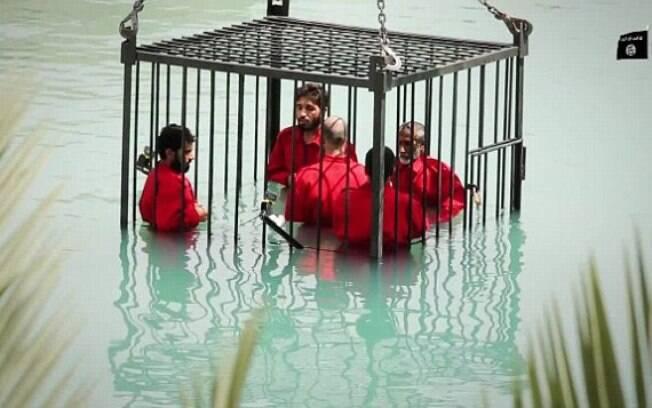 Estado Islâmico afoga espiões dentro de gaiola em piscina</p> <p> . Foto: Reprodução/Estado Islâmico