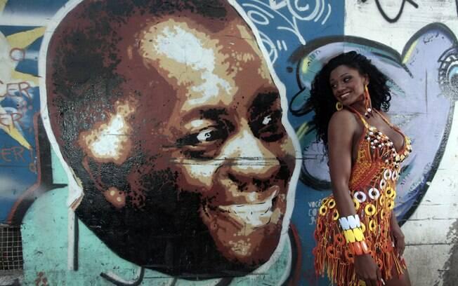 Camila Silva, Rainha de bateria da Vai-Vai, ao lado da pintura de Geraldo Filme, no Bixiga