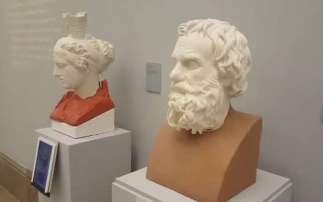 Dois bustos de gesso com restaurações de impressão 3D