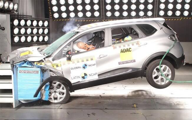 Teste de colisão do Renault Captur. O SUV compacto recebeu quatro estrelas na proteção para adultos e três para crianças