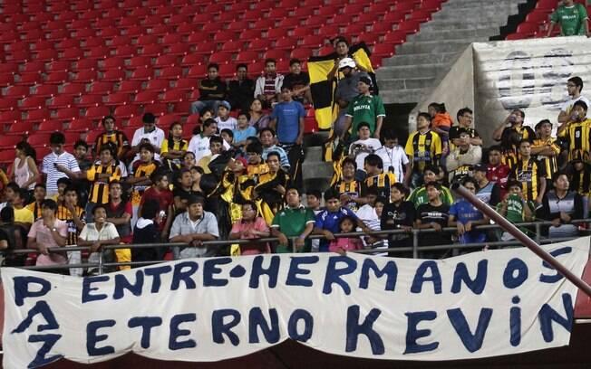 Torcida do Strongest homenageia Kevin Beltrán  em jogo no Morumbi