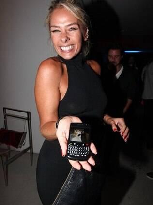 Adriane Galisteu mostra no celular a foto do filhote, Vittorio