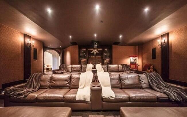 A enorme mansão do cantor tem até um aconchegante  cinema particular