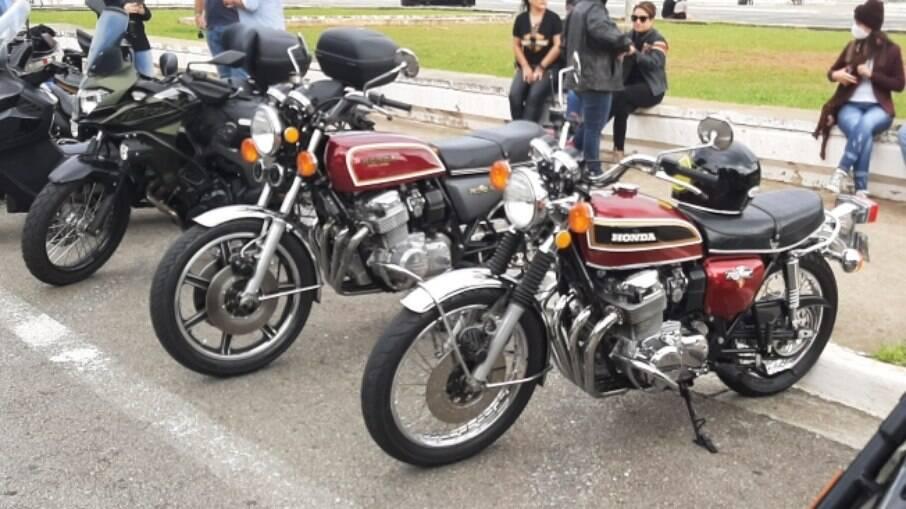 """Duas representantes da linha """"sete-galo"""" de 1976, uma Honda CB 750F e uma Honda CB 750 Four K6"""