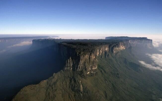Monte Roraima tem 2,8 mil metros de altitude e uma área de 90 quilômetros quadrados