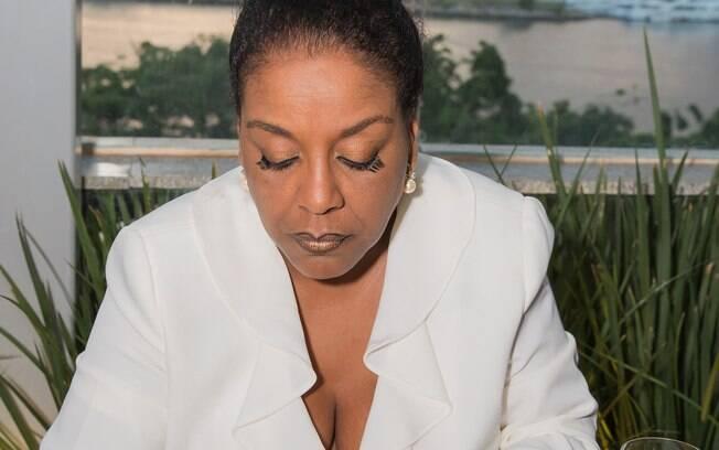 A renomada Concierge Rosane Lucas lança livro onde revela os bastidores da profissão