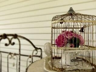 Romântico. Arranjo de flores ou jardineira com vasos de plantas é uma boa ideia para enfeitar as mesas de centro