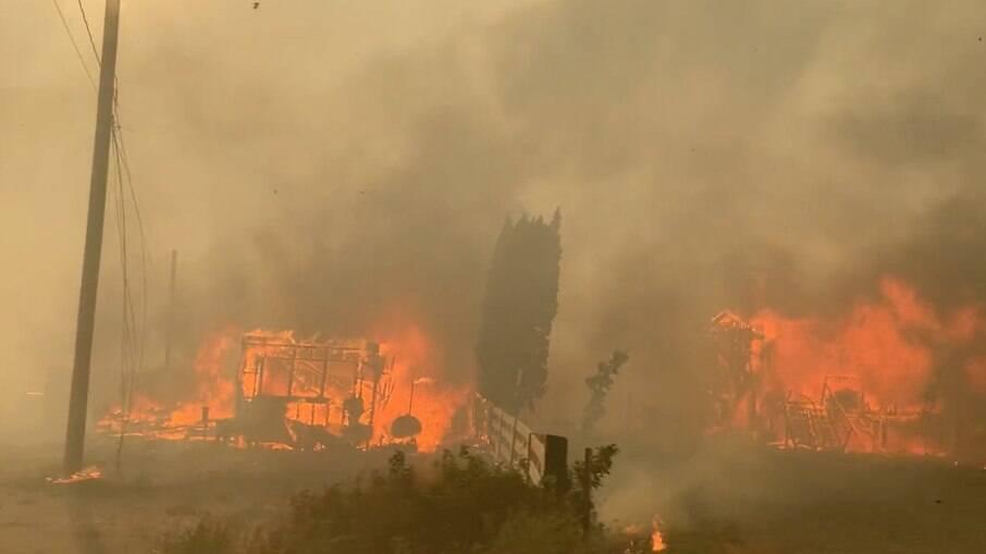 Incêncio na pequena vila de Lytton, no Canadá, obrigou moradores a deixarem suas casas