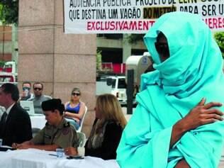 Quarta. Mulher se cobriu durante audiência para protestar contra ideia de que culpa é de roupa inadequada