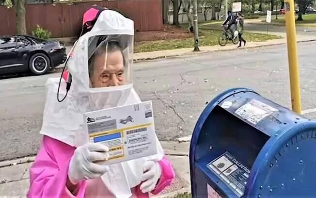 Esta é Bea Lumpkin, aposentada de 102 anos,  votando pelo correio
