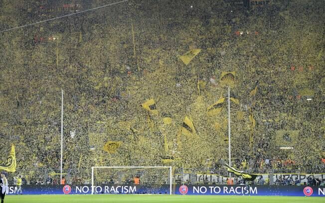 Torcida do Borussia Dortmund faz a festa no  estádio antes da partida diante do Real Madrid