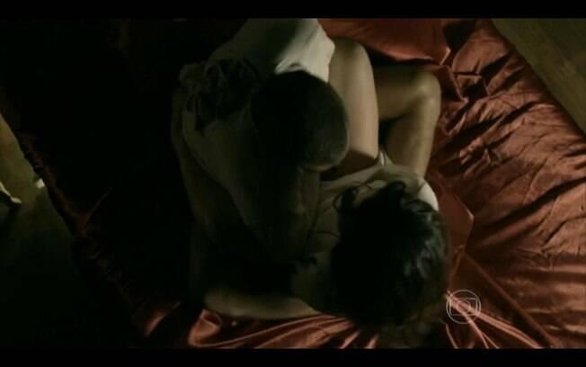 Cauã Reymond deixa bumbum à mostra em cena de sexo com Cleo Pires